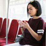 девушка читает вичат в поезде