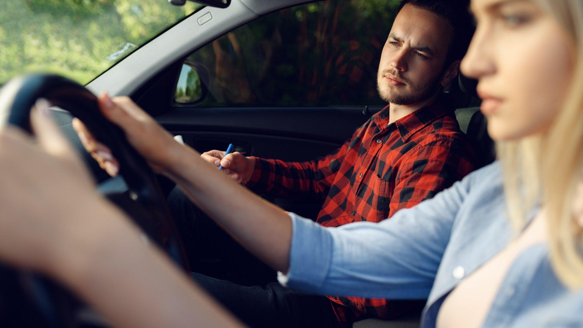 девушка сдаёт экзамен на водительское удостоверение за границей